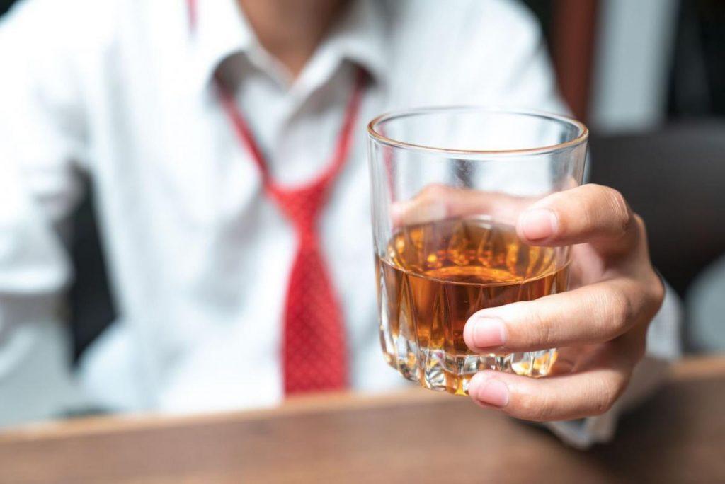 5 สิ่งห้ามทำก่อนนอน  ดื่มแอลกอฮอล์ก่อนนอน